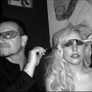 Galeria em Londres exibe trabalhos do fotógrafo de celebridades do rock Mick Rock, como esta de Bono Vox e Lady Gaga em festa em Nova York - (c) Mick Rock, 2010/BBC Brasil