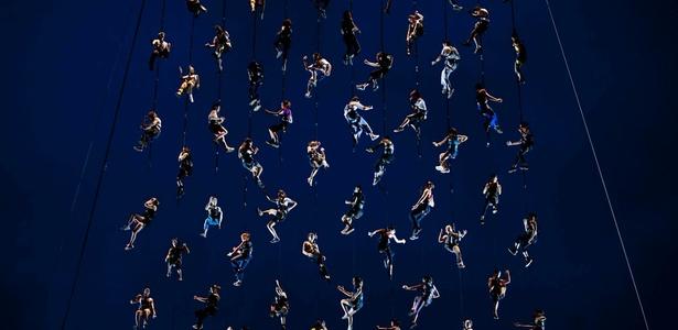 2.dez.2010 - Integrantes de espetáculo do grupo catalão La Fura Dels Baus formam rede humana em ensaio para apresentação no Memorial da América Latina, em São Paulo - Fernando Donasci/UOL