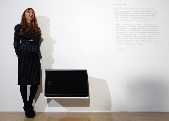 """A artista britânica Susan Philipsz ao lado da instalação sonora """"Lowlands Away"""", vencedora do prêmio Turner, no Museu Tate Britain, em Londres (6/12/2010) - Andrew Winning/Reuters"""