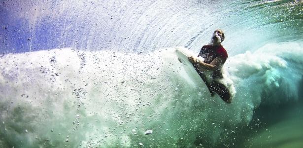 """Foto tirada por Jon Wright dentro de uma onda, na Austrália, foi a vencedora da competição de fotografias digitais """"The Digital Camera Photographer of the Year 2010"""" - Jon Wright/Digital Camera Photographer of the Year 2010"""