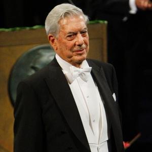O escritor Mario Vargas Llosa se prepara para receber oNobel de Liberatura em Estocolmo durante cerimônia de entrega oficial (10/12/2010) - Getty Images