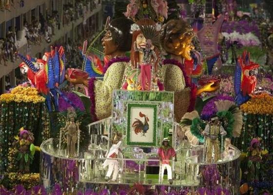 Carro alegórico da Mangueira desfila na Marquês de Sapucaí no Carnaval 2010  - Rafael Andrade/Folha Imagem
