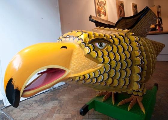 Galeria em Londres está recebendo caixões inusitados como este, que foi preparado para uma autoridade tradicional de Gana - Jack Bell Gallery/BBC Brasil