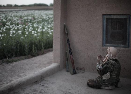 """Soldado do exército do Afeganistão reza durante patrulha no país em foto realizada pelo brasileiro Mauricio Lima em 5 de abril de 2010. O profissional foi eleito como Fotógrafo de Agência do Ano pela revista """"Time"""" - Mauricio Lima/AFP"""