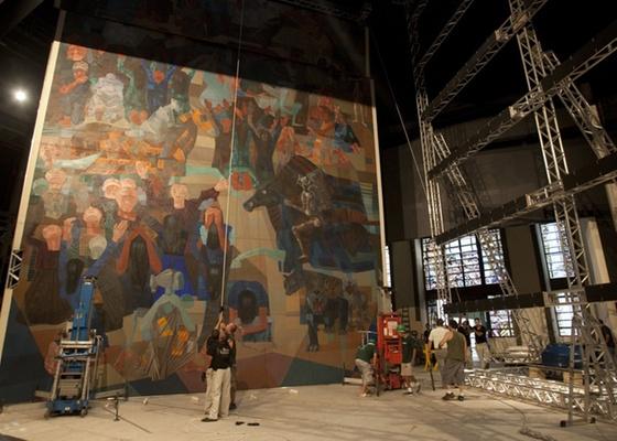 """Operários trabalham na montagem do painel Guerra, da obra de arte em duas telas de Cândido Portinari, """"Guerra e Paz"""", no Teatro Municipal do Rio de Janeiro (RJ) (15/12/2010) - Rafael Andrade/Folhapress"""