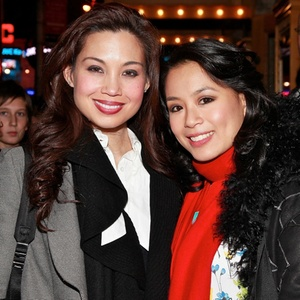 As atrizes Natalie Mendoza (e) e T.V. Carpio (d) durante pré-estreia do musical do Homem-Aranha na Broadway (28/11/2010). Ambas se acidentaram na produção e Mendoza inclusive abandonou o musical -