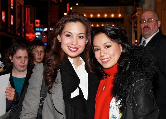 Teresa Carpio (dir.) substituirá Natalie Mendoza (esq.) no musical do Homem-Aranha na Broadway (28/11/2010) - Getty Images