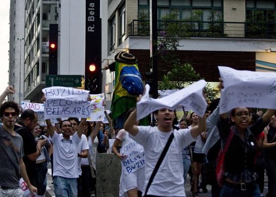 Manifestantes protestam contra fechamento do Cine Belas Artes na avenida Paulista (10/01/2011) - Marlene Bergamo / Folha Imagem