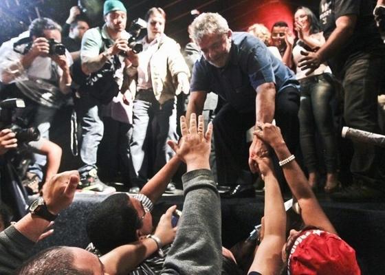 Sob chuva, cerca da 1.500 pessoas recebem o ex-presidente Lula em uma festa preparada para sua despedida da Presidência em São Bernardo do Campo (SP)