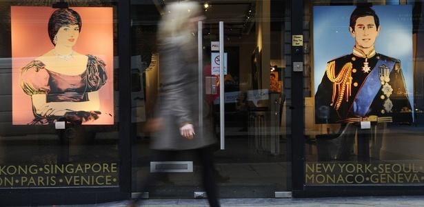 Retratos de Diana e Charles feitos por Andy Warhol são exibidos em Londres (13/01/2011) - Carl de Souza / AFP