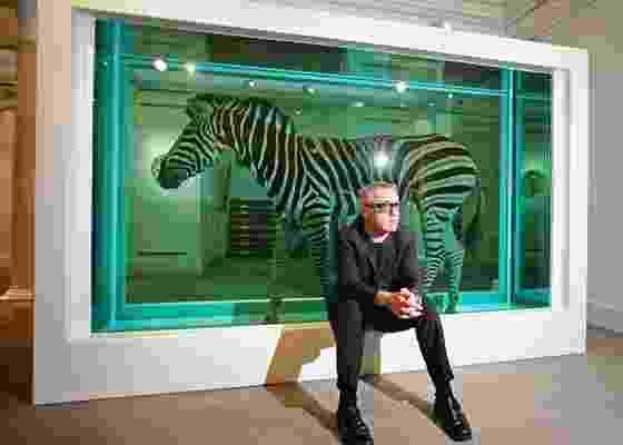 """Damien Hirst ao lado da obra """"The Incredible Journey"""", constituída por uma zebra conservada em formol (08/09/2008); trabalhos de Hirst serão exibidos em 2011 no Pavilhão da Bienal, em SP - Getty Images"""