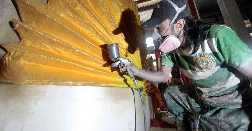 Funcionário trabalha na finalização de um carro no barracão da Mocidade Independente de Padre Miguel (21/1/2011)