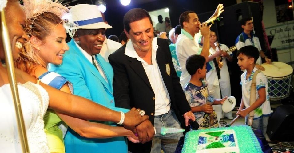 Scheila Carvalho e membros da escola Unidos de Vila Maria comemoram 57 anos da agremiação em São Paulo (24/1/2011)