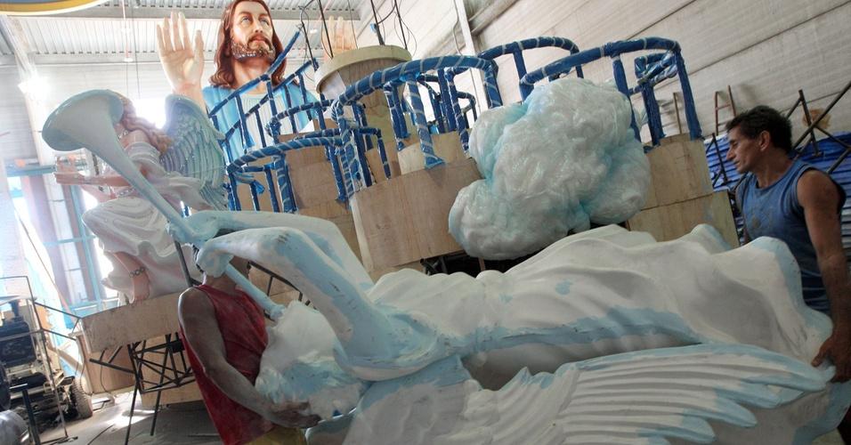 No barracão da Beija-Flor, artesões carregam escultura para o carro alegórico onde Roberto Carlos vai desfilar  (25/1/2011)