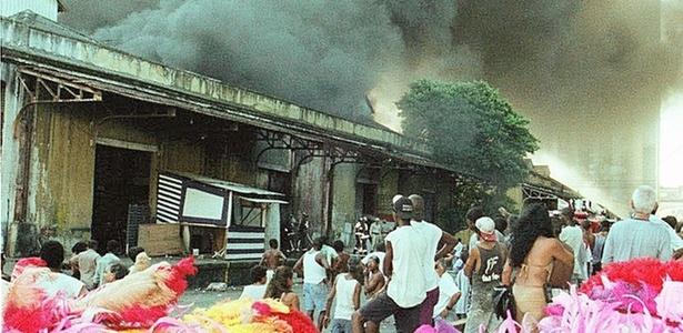 Incêndio destruiu alegorias que seriam usadas no desfile da escola de samba União da Ilha em 1999 (10/1/99)