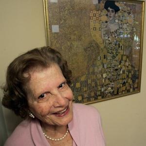 Maria Altmann, herdeira das obras de Gustav Klimt, ao lado de trabalho do artista em sua casa em Los Angeles (14/04/2005) - AP