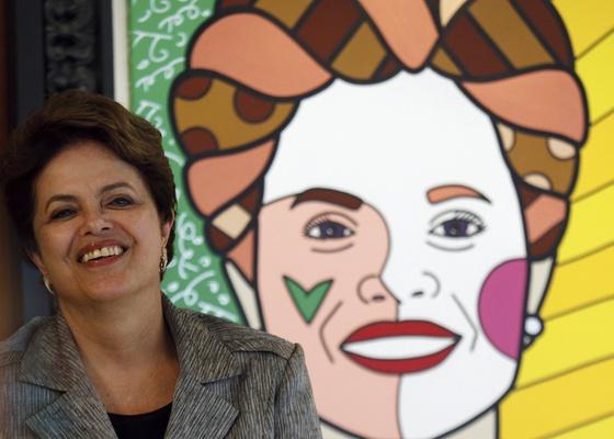 A presidente Dilma Rousseff posa em Brasília ao lado de retrato seu, feito pelo artista plástico Romero Britto (14/02/2011) - Ueslei Marcelino / Reuters