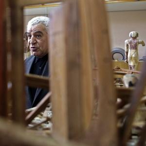 O secretário de Estado para as Antiguidades do Egito, Zahi Hawass, posa próximo a objetos danificados no Museu Egípcio do Cairo - Steve Crisp / Reuters
