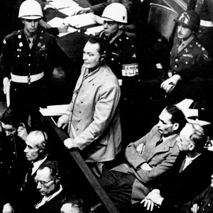 Hermann Göring, primeiro comandante da Luftwaffe e arquiteto dos campos de concentração nazistas em pé durante seu julgamento noTribunal de Crimes de Guerra de Nuremberg, na Alemanha, em 21 de novembro de 1945 - AP Photo