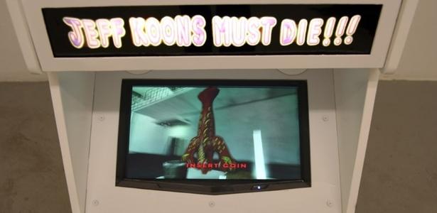 """Cabine com o game """"Jeff Koons Must Die!!!"""" exibido em seu visor - Reprodução / http://hunterjonakin.com"""