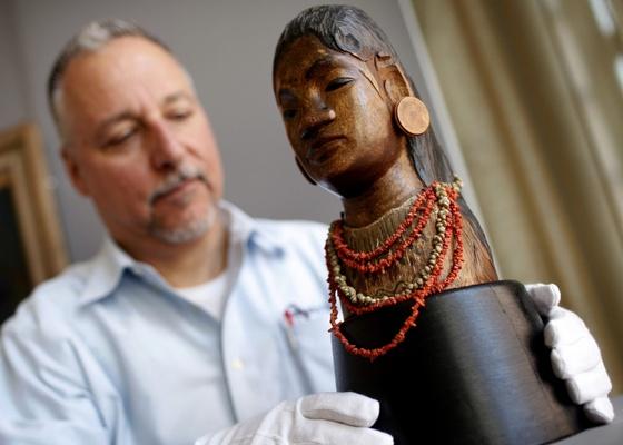 """Escultura do artista Paul Gaugin """"Jeune Tahitienne"""" (jovem taitiana) foi leiloada por 11,2 milhões de dólares - REUTERS/Mike Segar"""