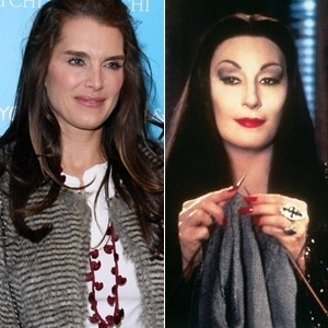 Brooke Shields (e), que viverá a personagem Morticia Addams na Broadway, ao lado da Morticia vivida no cinema por Anjelica Houston (d) - Fotomontagem UOL / Getty Images / DIvulgação