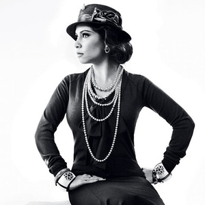 A cantora Pitty se veste de Coco Chanel na campanha de inverno da grife Cavalera
