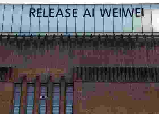 Outdoor na Tate Modern, em Londres, pedindo a libertação do artista chinês Ai Weiwei, detido no último fim de semana e cujo paradeiro não é revelado (08/04/2011) - Luke McGregor / Reuters