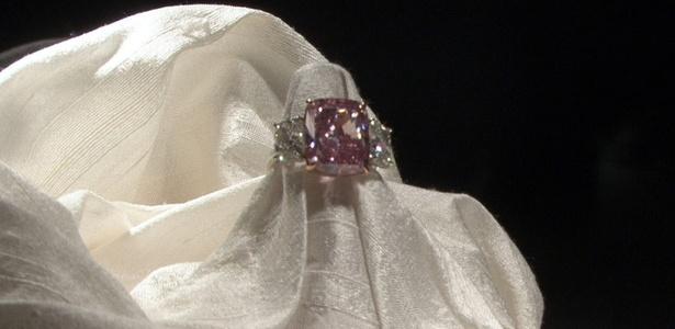 """Diamante rosado é exibido na casa de leilões Christie""""s, em Nova York (12/04/2011) - Andrés Iamartino / EFE"""