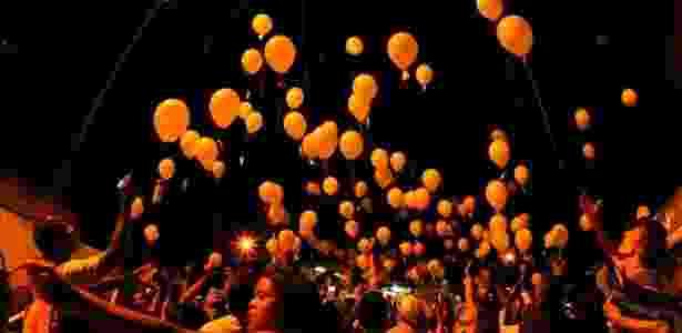 Balões com papéis contendo versos de poesia são soltos no ar em evento do Sarau da Cooperifa, na zona sul de São Paulo (13/04/2011) - Flávio Florido / UOL