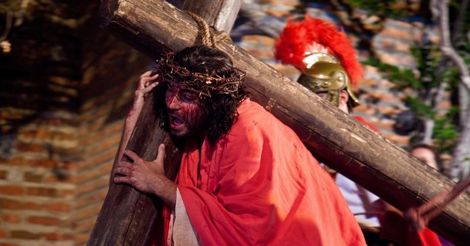 Thiago Lacerda interpreta Jesus durante cena da crucificação de