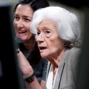 A escritora Ana María Matute (à frente) e a ministra Angeles Gonzalez-Sinde em Madri (25/04/2011)  - Paul White / AP