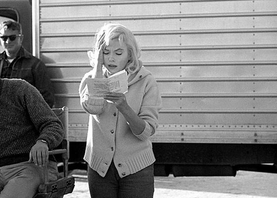"""Detalhe de foto de Eve Arnold, da agência Magnum, mostra a atriz Marilyn Monroe decorando suas falas para o filme """"Os Desajustados"""" (1960) - Eve Arnold / Ag. Magnum"""