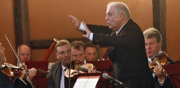 O maestro argentino Daniel Barenboim conduz uma orquestra de músicos europeus durante apresentação em Gaza, Israel (3/5/2011)  - AFP PHOTO/MOHAMMED ABED