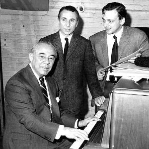 """O produtor, escritor e diretor Arthur Laurents, à direita, durante a produção do musical """"Eu Ouvi Uma Valsa?"""" - AP"""