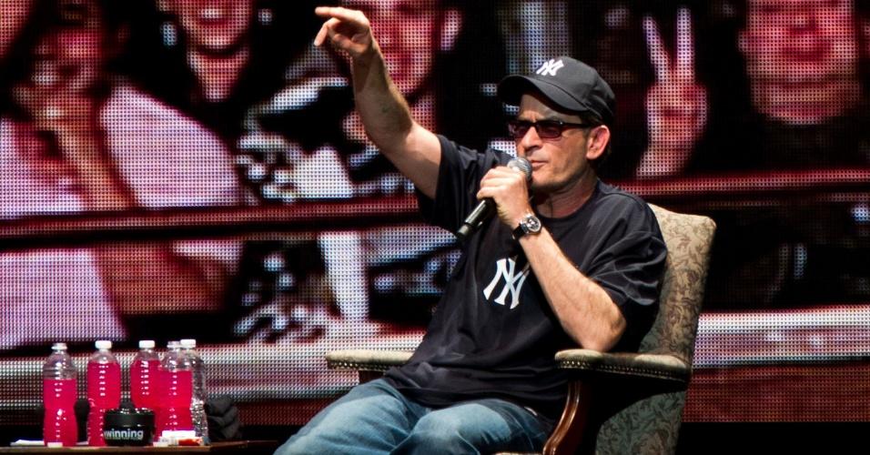 O ator Charlie Sheen durante apresentação de seu show de stand-up em Nova York (8/4/2011)