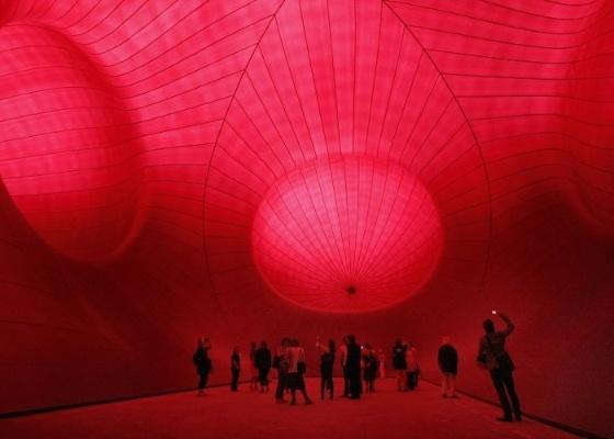 """Interior de """"Leviathan"""", obra do anglo-indiano Anish Kapoor, um dos mais importantes artistas contemporâneos, exibida no Grand Palais, em Paris (10/5/2011) - Remy de la Mauviniere / AP"""