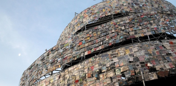 """""""Torre de Babel de livros"""", obra da argentina Marta Minujín em Buenos Aires (11/5/2011) - Divulgação/Ministério da Cultura de Buenos Aires"""
