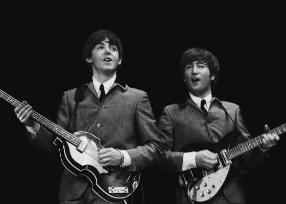 "Foto de Paul McCartney (dir.) e John Lennon (esq.) tirada por Mike Mitchell - AP Photo/Christie""s, Mike Mitchell"