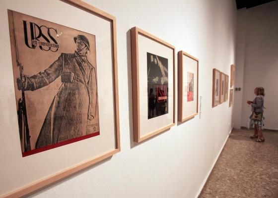 Obras de Liubov Popova, um dos artistas da exposição na Espanha, em exposição na República Dominicana (14/4/2011) - EFE/Orlando Barrìa