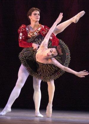 """Dançarinos do Balé Nacional de Cuba durante apresentação de """"Lago dos Cisnes"""" em Havana (28/10/2002) - Cristobal Herrera / AP"""