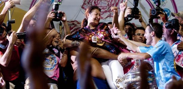 Angelina Basílio, presidente da escola Rosas de Ouro, durante comemoração do título de campeã do Carnaval 2010 em São Paulo (16/2/2010) - Ricardo Nogueira/Folhapress