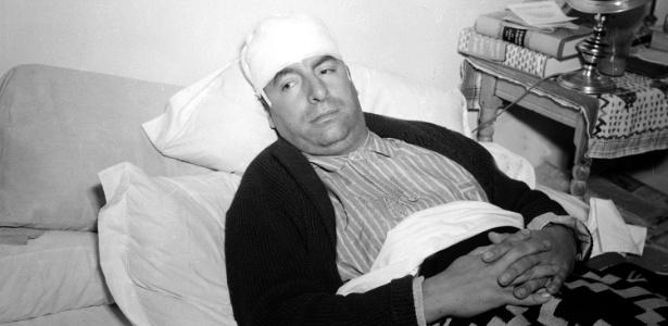 Pablo Neruda é fotografado se recuperando de suposto ataque da polícia em Cuernavaca, na Cidade do México (29/12/1941) - AP Photo/Arquivo