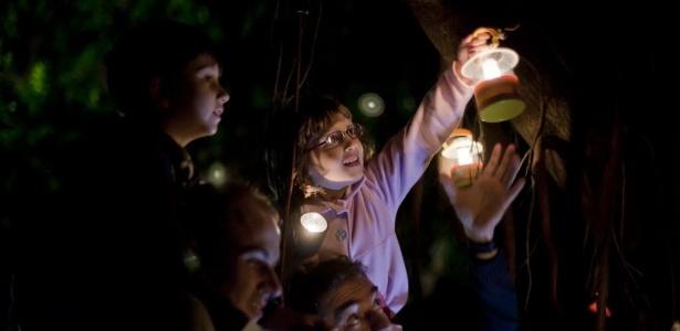 Crianças com seus pais colocam as lanternas dadas pela organização da Virada Sustentável em uma falsa Seringueira em passeio noturno com lanternas pelo Parque do Ibirapuera (4/6/2011) - Carlos Cecconello/Folhapress