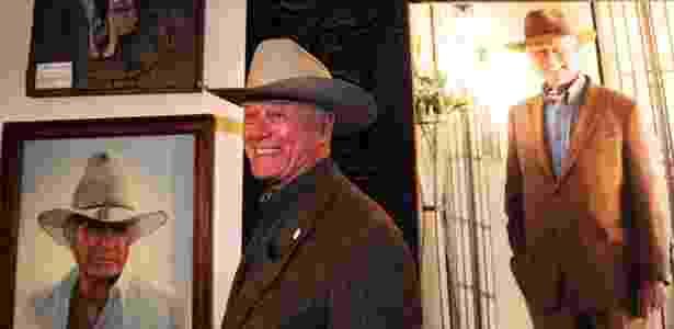"""O astro de """"Dallas"""", Larry Hagman, posa ao lado da memorabilia sua referente ao seriado (24/5/2011) - GABRIEL BOUYS/AFP"""