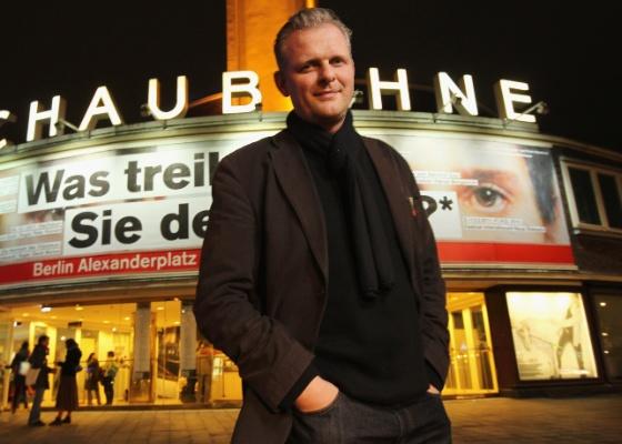 O diretor de teatro alemão Thomas Ostermeier posa em frente ao teatro Schaubuehne, em Berlim - Sean Gallup/Getty Images para Folha de S.Paulo