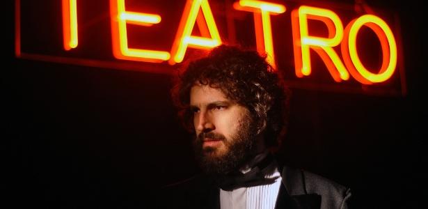 """O ator Caco Ciocler em cena da peça """"45 Minutos""""  - Guga Melgar/Divulgação"""