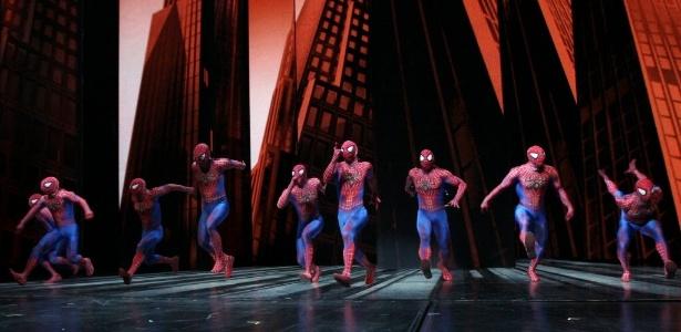 Atores vestidos como Homem-Aranha apresentação de pré-estreia em maio de 2011, com o show já reformulado após a saída de Julie Taymor - Tina Fineberg/AP