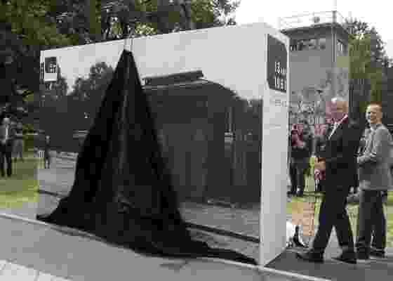 O prefeito de Berlim, Klaus Wowereit, mostra fotografia do Muro de Berlim na abertura de exposição de fotografias que lembram a construção do Muro de Berlim (14/6/2011) - Wolfgang Kumm/EFE