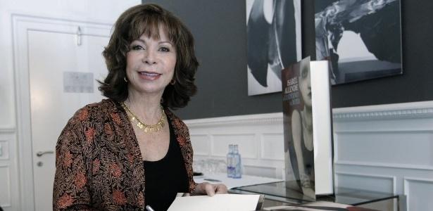 A escritora Isabel Allende autografa livros na Feira do Livro em Madri (8/6/2011) - EFE/Juanjo MartÌn